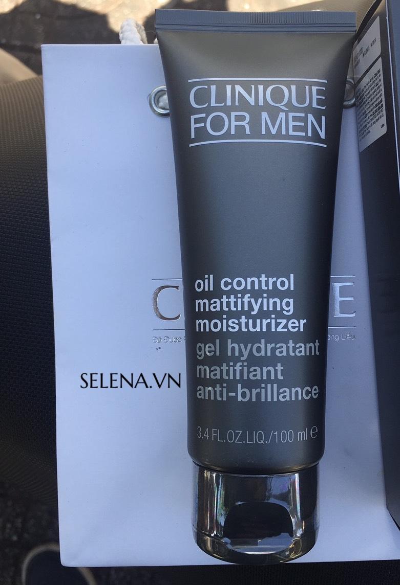 Kem dưỡng ẩm da dầu có công thức dịu nhẹ cung cấp độ ẩm cả ngày cùng với các thành phần tăng cường độ săn chắc da.