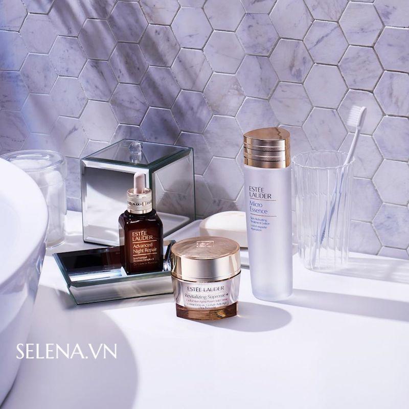 Bộ 3 sãn phẩm chống lão hoá toàn diện Estee Lauder serum, lotion và kem dưỡng: tác dụng cộng hưởng tăng cường hấp thu dưỡng chất để chống lại các dấu hiệu lão hoá da như nhăn da, chãy xệ, cho làn da đàn hồi tươi mới mịn màng hơn mỗi ngày.