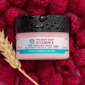 Kem dưỡng ẩm The Body Shop Vitamin E gel moisture cream kem dưỡng ẩm hàng ngày không chứa dầu, với kết cấu mỏng nhẹ, thẩm thấu nhanh qua da. Giúp bảo vệ làn da của bạn khỏi các tác nhân bên ngoài, khóa độ ẩm trong 48 giờ, làm mới và dưỡng ẩm hiệu quả.