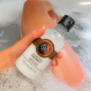 Sữa tắm The Body Shop Coconut Shower Cream hương thơm nhiệt đới, tươi mát từ dừa với kem tắm không chứa xà phòng. Chiết xuất từ dầu dừa nguyên chất, làn da của bạn sẽ trở nên mềm mại và sạch hơn sau mỗi lần sử dụng.
